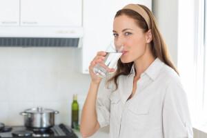 donna che beve acqua_jpg